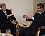 美国国务卿克里(左)于2013年3月3日,与埃及总统穆尔西(右)会面后,将结束在埃及为期两天的访问行程,接着前往沙特阿拉伯继续他此次的中东访问。(摄影:KHALED DESOUKI/AFP/Getty Images)