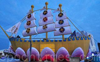 美丽庄严的法船具有深刻内涵,仿佛飞向蓝色天际。(摄影:赖月贵/大纪元)