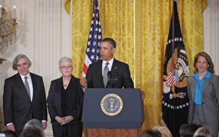 3月4日的白宮新聞會上,奧巴馬總統分別提名了現任環保局空氣及輻射辦公室主任Gina McCarthy(左二)出任環保局局長、麻省理工學院教授Ernest Moniz(左一)出任能源部部長以及由沃爾瑪基金會主席Sylvia Burwell(右一)出任白宮行政及預算辦公室主任。(Photo credit should read MANDEL NGAN/AFP/Getty Images)