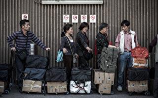 中共全國政協委員、國家工商總局局長周伯華,日前在談到香港奶粉限購令時,「幾欲落淚」被民眾指貓哭耗子假惺惺。圖為2013年1月29日,大陸民眾在三聚氰胺毒奶粉事件後,群湧至香港買購買大批嬰兒奶粉帶回中國。(攝影:PHILIPPE LOPEZ/AFP/Getty Images)