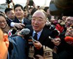 中共重庆市长黄奇帆2013年3月现身人大会议开幕式遭媒体围堵。(Mark RALSTON/AFP)