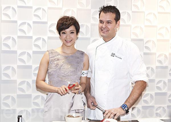 王君馨與帥哥名廚一起入廚,她說要專心做事保持淡定。(攝影:余鋼/大紀元)