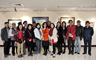 2013海风画会第八届联展,会长陈秀美(右7)与会员们,画作展展现自然人生与精彩历练。(摄影:周美晴/大纪元)
