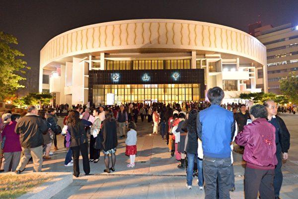 神韵巡回艺术团在台中市中山堂第一场演出,观众排队入场。(摄影:苏玉芬/大纪元)