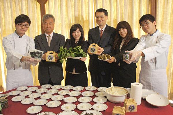 大葉大學生科系學生讓地瓜葉變身成海苔替代品「台灣苔」,用創意提高農產品附加價值,校長武東星(右三)表示肯定。(左二為柯文慶老師)(大葉大學提供)