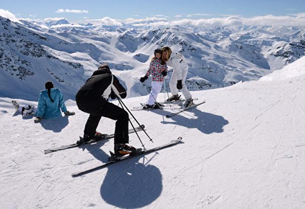 2013年3月7日在法国滑雪胜地美贝尔(Meribel)的角度范围内的瓦诺伊斯(Vanoise)国家公园。一个男士,在为家人拍照留念。 (PHILIPPE DESMAZES/AFP)
