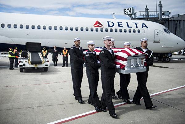 2013年3月7日,在弗吉尼亚州(Virginia)斯特林(Sterling)的杜勒斯(Dulles)国际机场,一个美国海军传输团队用达美航空1172(Delta Flight 1172)进行美国南北战争的伤亡者遗骸的转移。两名身份不明的士兵的遗体在沉没的铁船,美国军舰监视器(USS Monitor)内被发现。在被送到联合夏威夷可能遗传鉴定的POW/ MIA验明身份后,移往阿灵顿国家公墓(Arlington National Cemetery)安葬。 (Brendan SMIALOWSKI/AFP)