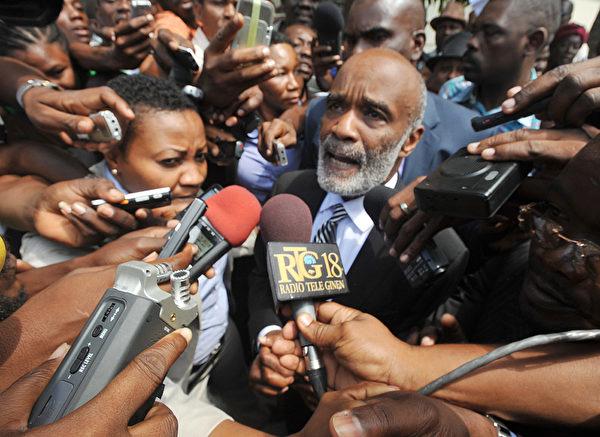 2013年3月7日,前海地总统勒内·普雷瓦尔(Rene Preval )在法庭作证后,对媒体透露,有关海地记者让·多米尼克(Jean Dominique)在太子港被暗杀的案件。普雷瓦尔是以证人的身份协助调查有关2000年4月3日的多米尼克谋杀案。多米尼克是当时杜瓦利埃(Duvalier)政权的激烈的对手,流亡独裁统治时期于1980年至1986年,在2000年多米尼克被不明身份的人枪杀在广播海地国际米兰的院子里。 (Thony BELIZAIRE/AFP)