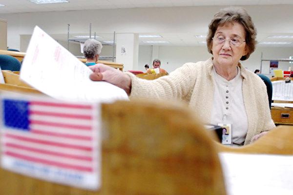 美国国家税务局3月8日公布,2011财年约有31万2千名联邦雇员及退休人员欠税,总额高达35亿美元。(Mike Simons/Getty Images)