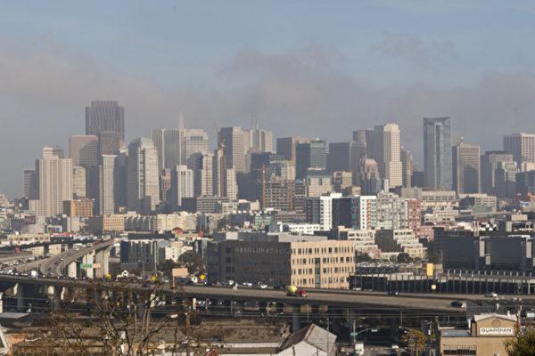旧金山在发展,但交通凸显瓶颈。图为穿过旧金山市区的101高速公路的一段。(摄影:马有志/大纪元)