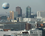 德國首都柏林的天際錢和法蘭克福完全不同,這幾年的房地產熱讓柏林的買房價和租房價都上升很快。遊客可以乘坐熱氣球觀看柏林全景。(Sean Gallup/Getty Images)