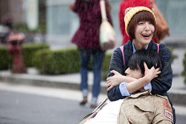 黃騰浩躺在楊謹華懷中被緊緊抱住,但她太入戲緊勒住他,拍完黃騰浩說:「被勒的我真要斷氣了。」(圖/台視提供)
