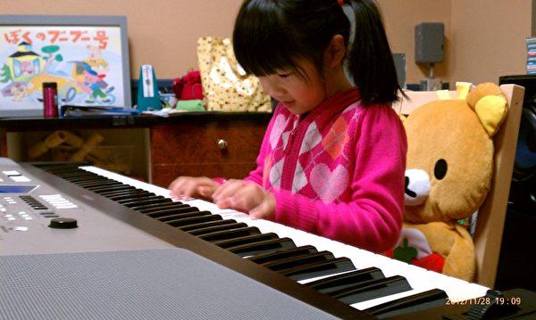 """图:孩子听音能力成长显着的时期是在4~5岁,雃舍YAMAHA音乐学校藉由专为孩子设计的CD与DVD音源材料,培养""""听""""音乐的能力,让孩子在听音乐的过程中,自然而然学会了节奏感。(雃舍YAMAHA音乐学校提供)"""