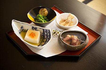 春季时令配菜——鲑鱼仔豆腐、和风芥末绿菜花 、竹笋土佐煮、烤鸭肉片。(摄影:爱德华/大纪元)
