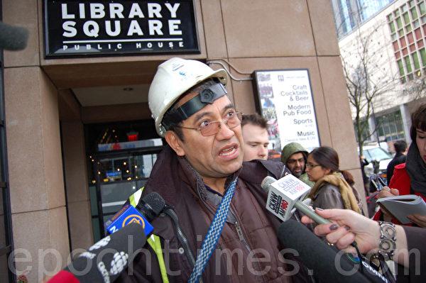 克鲁兹(Byron Cruz)是一名外劳同情者,他在联邦移民难民局大楼前抗议,并接受媒体采访。(摄影:邱晨/大纪元)