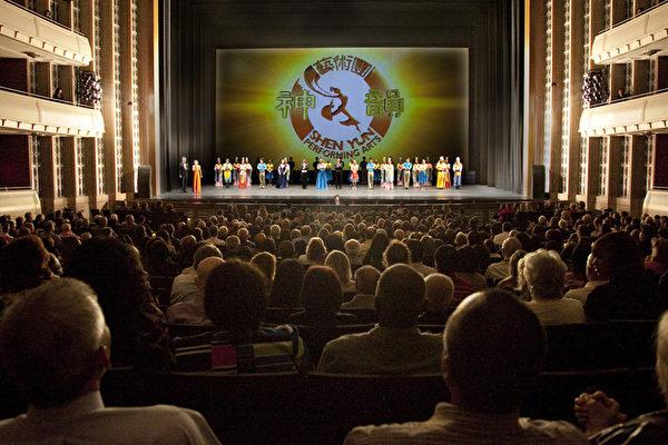 自從上週五晚神韻國際藝術團在當地拉開2013年首場演出序幕,神韻在這裡的連續三場演出,場場爆滿。絢麗奪目的服裝,巧奪天工的動態天幕設計,優美高雅的中國舞蹈和完美融合中西方樂器精華的超凡樂團,讓「見多識廣」的拉斯維加斯觀眾大開眼界。圖為神韻國際藝術團今年在拉斯維加斯的第三場演出謝幕。(攝影:季媛/大紀元)