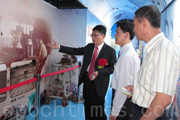 政益食品蔡佳益总经理(左1)为来宾做观光工厂的导览解说。(摄影:杨小敏/大纪元)