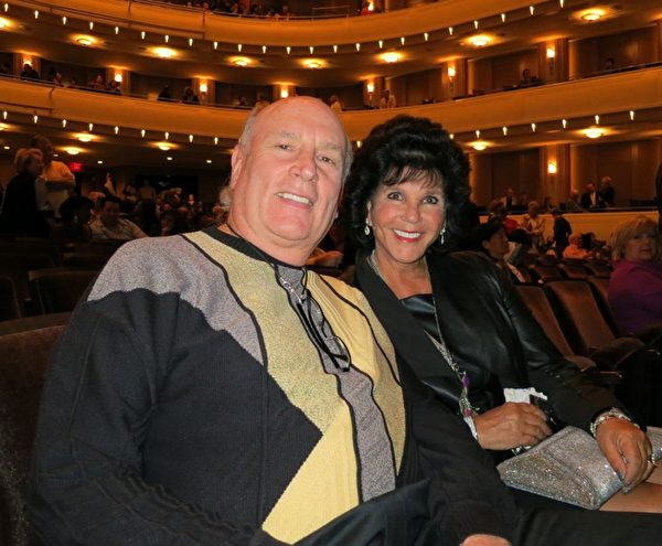 Mark Tenner先生與太太Lisa Tenner一同觀賞了當晚神韻國際藝術團在雷諾劇院的演出。Tenner太太是昔日芭蕾童星,今日的娛樂業界菁英,她稱讚到:「我極其欣賞舞蹈如同行雲流水般流暢,太美了!女演員極為美麗,她們身材輕盈,特別愛看她們的舞蹈。」(攝影:呂如松/大紀元)