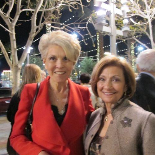 退休前曾在紐約證交所上市的Comforce公司擔任總裁兼首席運營官的Maniscaoco女士(左)特別對歌唱家們的演唱嘖嘖稱道,她說:「歌曲演唱太美妙了!我喜愛歌詞!就單從精神層面上來講,歌詞中唱到了天空中的白雲,還有他們來自天國的靈感……我不知道該怎麼表達,就是很美。」她告訴記者歌詞內涵打動了自己的內心,卻無法用語言描述。(攝影:曾容格/大紀元)