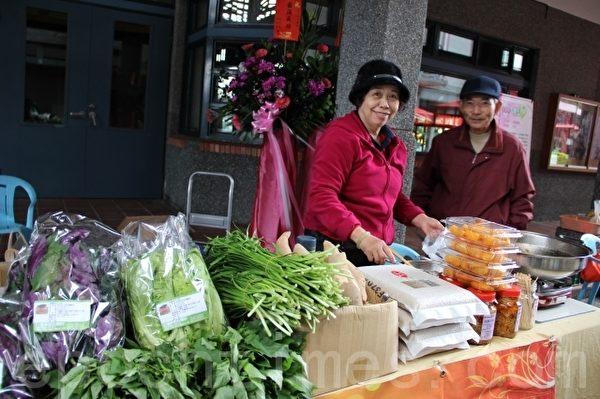 行健村坤漳伯夫妇的摊位。(摄影:谢月琴/大纪元)