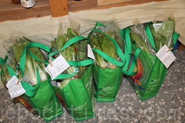 友善小铺中的每一袋菜 都是支持有机的一份心力。(摄影:谢月琴/大纪元)