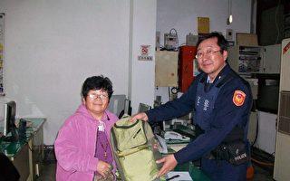 港侨自助旅游遗失包包,热心警协助寻回。 (嘉义市北兴派出所提供)