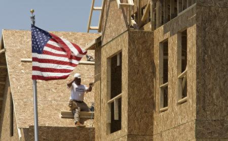美国2月新建开工许可创四年半来最高值。去年新建住房开工量跃升28%。美国房地产泡沫破灭并引发严重低迷6年后,终于准备迎来长期的反弹。(图片来源 AFP)