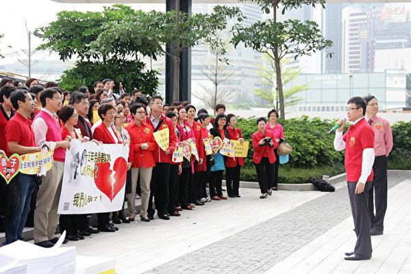 香港立法会事务委员会昨召开公听会,近百名家长老师和教育团体代表在立法会外集会,向教育局递交约5万名教师及家长的联署签名,希望政府尽快落实15年免费教育。(陈家洛议员提供)