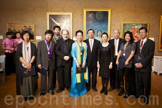"""2011年第三届""""全世界华人人物写实油画大赛""""优秀作品展览在纽约举行。(摄影:爱德华/大纪元)"""