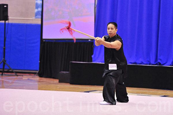 """2011年第三届""""全世界华人武术大赛""""在纽约举行。来自中国的王百利以家传乌龙枪功法获得男子器械组冠军。(摄影:戴兵/大纪元)"""
