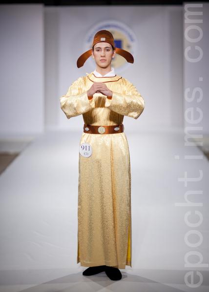 """2011年第三届""""全球汉服回归设计大奖赛""""服装秀和颁奖典礼在纽约举行。吴水锦/陈宝秀以作品《我家霓裳》之男装获得了特别男礼服奖。(摄影:爱德华/大纪元)"""