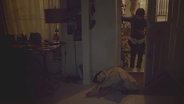 中山美穗(左)喝醉倒在家中不醒人事,讓向井理手足無措。(圖/采昌提供)