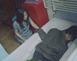 向井理(右)有飯店歸不得,無奈只好睡浴缸,也因此嚇到早起的中山美穗。(圖/采昌提供)