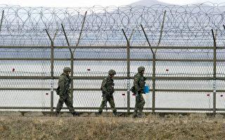 2013年3月20日在朝韓兩國邊境城市坡州(Paju),韓國士兵在強化了的帶刺鐵絲網柵欄附近的非軍事區(DMZ)巡邏。 3月20日朝鮮譴責擁有核能力的美國B-52轟炸機在朝鮮半島的飛行訓練為「不可原諒的挑釁行為」,並威脅,將會有軍事行動。(JUNG YEON-JE/AFP)