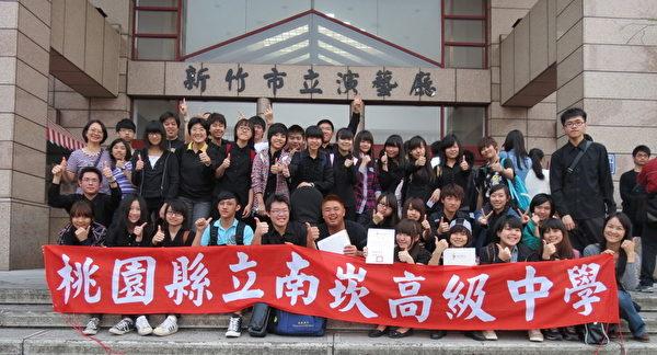 南崁高中国乐合奏全台赛新竹演艺厅团拍合影。(南崁高中提供)