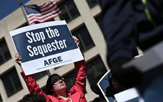 自动减支对美国联邦政府和人们生活带来重大影响,为避免政府关门,美参院通过了下半年预算法案,图为联邦政府职员发声抗议。(Photo by Win McNamee/Getty Images)