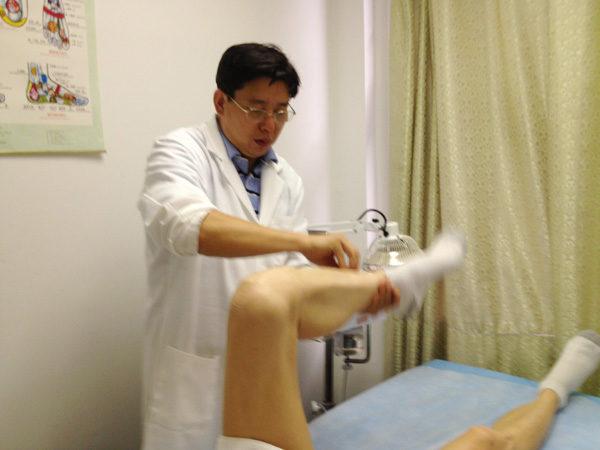 '医学运动针灸',在实际临床上已经被验证疗效非常的好,特别是对颈椎病、腰肌劳损、腰椎间盘突出等疗效显着,当场见效。(图片由陈德成医生提供)