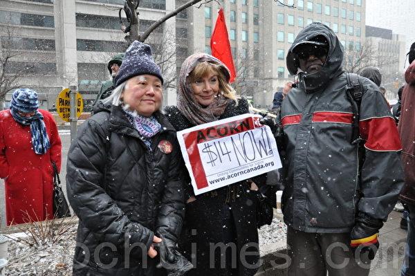 图:多伦多怀雅逊大学社会公义及民主教授吴温温(左)和新民主党省议员Cheri DiNovo(中)到场支持。(摄影:高云林/大纪元)