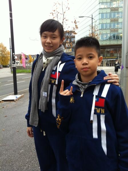 姚舒瀚(右)和姊姊姚書筠一起學習正統愛爾蘭踢踏舞﹐並到處比賽。(姚和成提供)