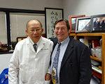 图:麦克‧威廉姆斯(右)与陈荣良。(摄影:卫凯茜/大纪元)