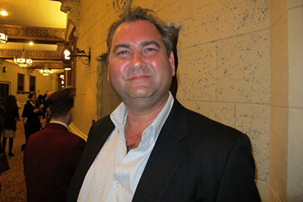 意大利高档餐馆经理Demetri Gill于3月23日晚上观看了神韵演出(摄影:Jasper Fakkert/大纪元)