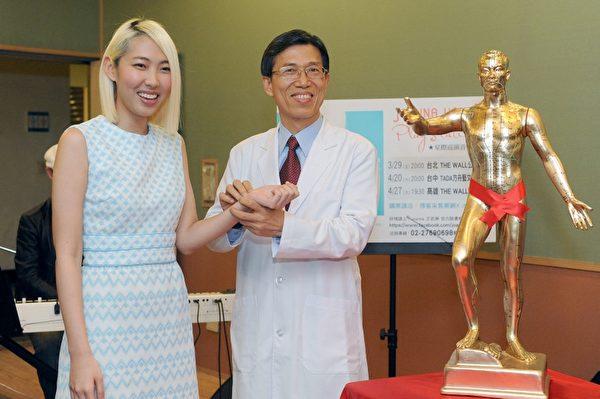 中医师到场把脉,Joanna王若琳羞笑难掩兴奋。(图/sony提供)