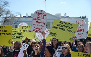 聯合國於2013年3月18日至28日,召開國際軍火交易管制條例草案會議,據與會人士透露,各國在會議結束前已取得重大的共識。圖為支持軍火管制條約的活動人士,於22日在白宮前集會,呼籲美國支持通過管制草案。(攝影:JIM WATSON/AFP/Getty Images)
