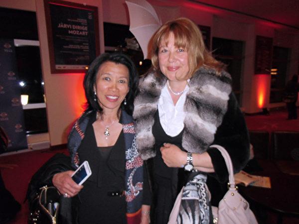洛桑市政府領導助理西蒙•巴特曼女士(Simone Bachmann,右)和朋友一同前來觀賞神韻演出。(攝影:章樂/大紀元)