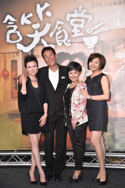 《含笑食堂》演員(由左至右)苗可麗、龍劭華、呂雪鳳、林嘉俐、李易。(圖/三立提供)