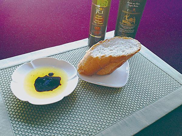 橄欖油與葡萄酒(2:1)沾食全麥麵包,既可遠離心血管疾病,又可抑制血糖上升。讓早餐充滿地中海風味。(圖/童文薰提供)