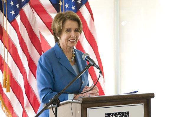 3月28日,美國聯邦眾議員民主黨領袖佩洛西在舊金山表示,將支持兒童學前教育。圖為佩洛西在演講。(攝影:周鳳臨/大紀元)
