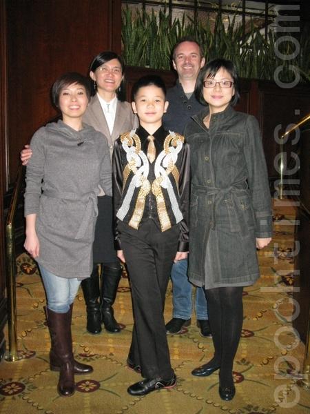姚舒瀚(中)連拍照都是踢踏舞的標準站姿,(前右)為母親蔡青恩,(前左)為老師蕭逸涵。(後左)教育組組長黃薳玉,(後右)羅南老師。(攝影﹕馮文鸞/大紀元)