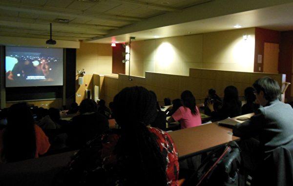 2013年3月29日,目前正在世界各大电影节巡回、真实反映国内对法轮功学员迫害现状的获奖电影《自由中国》在匹兹堡著名卡内基梅隆大学举行了放映及座谈会。(摄影:王宇新/大纪元)