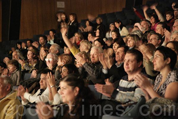 神韻藝術團成立6年以來,每年的世界巡演風靡全球,獲全球各族裔各界觀眾及海外華人的讚譽和認同。圖為2009年7月2日神韻巡迴藝術團在阿根廷首都布宜諾斯艾利斯的第五場演出爆滿。(攝影:伊羅遜/大紀元)